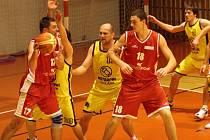 Druholigoví basketbalisté BK Jihlava (ve světlém zleva Král, Tůma, Sedlák a Solař) se po čtyřech utkáních na palubovkách soupeřů představili domácímu publiku, které rozhodně nezklamali. Oba zápasy dovedli do vítězného konce.