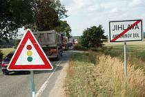 Na silnici mezi Havlíčkovým Brodem a Jihlavou se opravuje povrch vozovky. Kvůli tomu vznikají kolony mezi Štokami a Antonínovým Dolem.