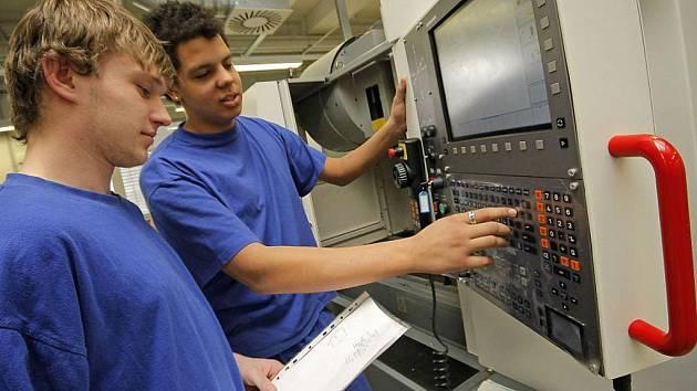 To, co si mladíci natrénují s CNC–stroji ve školicím středisku v areálu firmy Bosch Diesel v Jihlavě na Pávově, to se ve třídě střední školy, ani doma na počítači naučit nedá.
