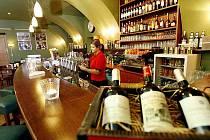 Zaměstnanci barů a restaurací umí šikovně obejít jídelní lístky, své zaměstnavatele, ale často i hosty podniku. Jejich majitelé se proti tomu jistí kamerovým systémem i elektronickými pokladnami. Ani to však mnohdy nestačí.