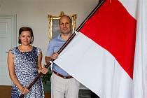 Historickou běloruskou vlajku vyvěsila jihlavská primátorka Karolína Koubová s náměstkem Petrem Ryškou.