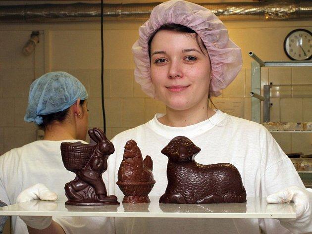 Pracovnice rodinné čokoládovny ukazuje velikonoční výrobky.