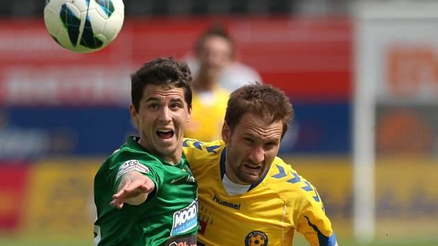 Útočník FC Vysočina Marek Jungr (na snímku v souboji s jabloneckým Pavlem Eliášem) neměl v jarní části nejvyšší soutěže problém dostat se do brankových příležitostí. Prostor soupeřovy branky ale trefil až v neděli právě na severu Čech.
