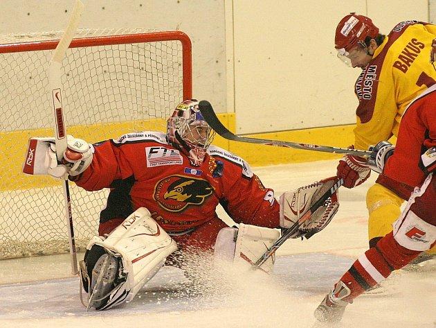 Jihlavský útočník Oldřich Bakus dotírá na gólmana Prostějova Lukáše Danečka v zápase jedenáctého kola první hokejové ligy. Dukla na domácím ledě vyhořela, po slabém výkonu podlehla Hanákům 2:5.