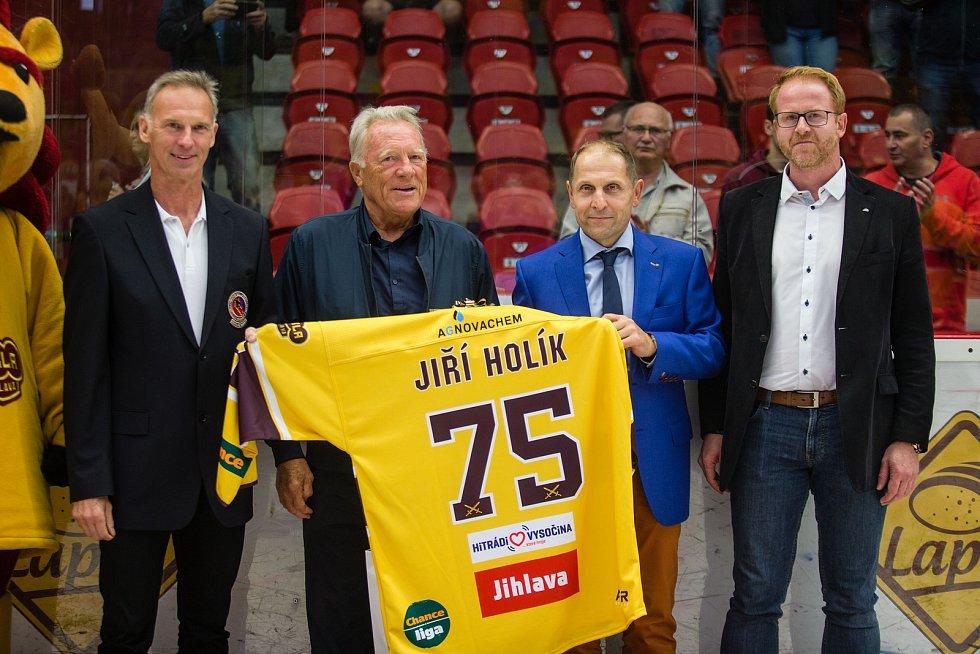 Jiří Holík a Dominik Hašek na třetím kole hokejové Chance ligy mezi HC Duklou Jihlava a HC Benátky nad Jizerou.