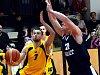 Jihlavští basketbalisté (ve žlutém Miroslav Krajcigr) v neděli přivítají Sokol Žižkov. Vysočina věří, že splní roli papírového favorita a poslední celek tabulky porazí.