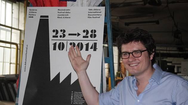 Ředitel festivalu dokumentů Marek Hovorka (na snímku) s plakátem letošního ročníku.