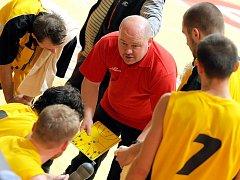 Trenér Petr Pešout (v červeném) ví, že nedělní duel s Hradcem Králové bude přetěžký. Ale s přehnaným respektem jeho tým do utkání nepůjde. Bude se snažit hrát aktivně.