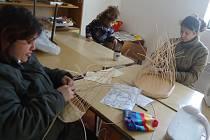 Přímo na Havaji terénní pracovníci učí ženy, jak si vyrobit věci do domácností. Včera Romky pletly košíky.