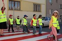 Děti v mateřských školkách by měly na vycházkách nosit reflexní vesty.