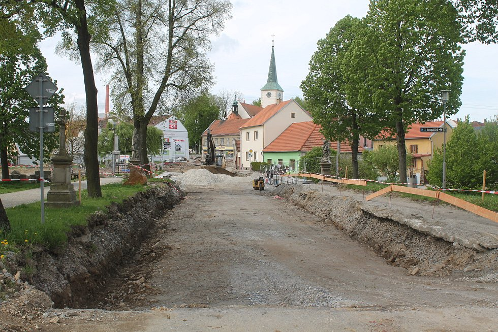 Na jaře 2021 je Třešť rozkopaná, pokračuje oprava průtahu, která začala o rok dříve.