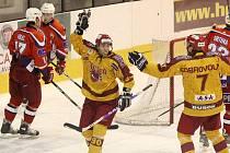 Hokejový útočník Tomáš Čachotský (uprostřed) by měl i nadále střílet góly v jihlavském dresu. Prvoligové Dukle se upsal na dalších pět let.