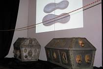 Návštěvníky překvapují bohatě zdobené rakvičky a mnoho exponátů pod sklem vitrín. Přitahuje i textová a fotografická dokumentace.