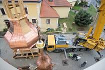 Pohled z věže. Novou měděnou střechu měl jeřáb nasadit na věž včera. Kvůli silnému větru ale odjel s nepořízenou. Kdyby se střecha rozhoupala, mohla by poničit kostel nebo faru.