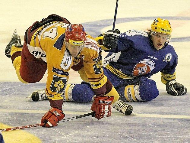 Prvoligové týmy z Vysočiny mají testovací období za sebou. Jihlavští hokejisté (vlevo útočník Lukáš Krupka) v něm díky účasti v Tipsport Cupu změřili síly i se čtyřmi celky z extraligy. Teď už je čeká ostrý start první ligy.