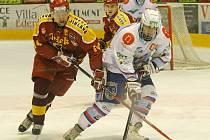 Hokejisté jihlavské Dukly (vlevo Oldřich Bakus) první zápas s Chomutovem ztratili v oslabení.