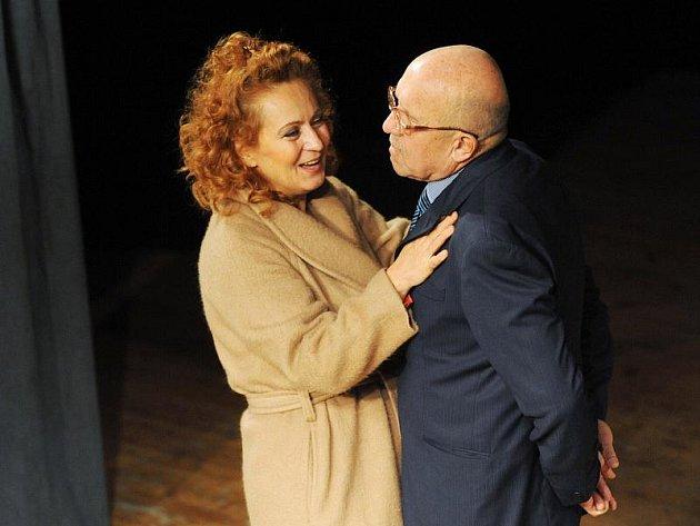 Na divadelních prknech se divákům představí herečka Simona Stašová a herec Petr Nárožný.