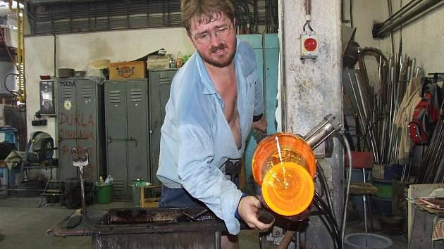 Sklářské pece v Janštejně u Horních Dubenek stále hoří a dávají práci bezmála stovce zaměstnanců. Továrna na výrobu osvětlovacího skla má zatím  zajištěný odbyt  doma i v zahraničí. V těchto dnech přijeli sjednávat nové zakázky Norové