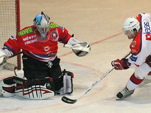 Hokejisté Havlíčkova Brodu (vpravo Miroslav Třetina) recept na překonání třebíčského gólmana Filipa Luňáka nenašli. Naopak na domácím ledě sedmkrát inkasovali.