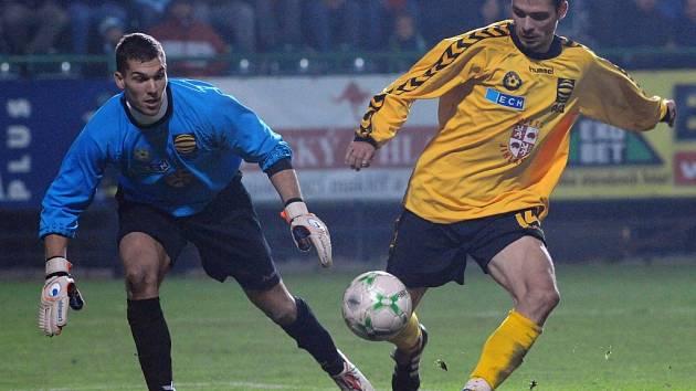 Jihlavští fotbalisté (vleva Jan Vojáček, vpravo Michal Vepřek) se představili ve vršovickém fotbalovém stánky proti místním Bohemians 1905, kterým podlehli před mimořádnou diváckou kulisou 2:0.