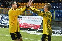 Matěji Vydrovi gratuluje po premiérové brance za druholigovou Jihlavu jeho parťák z útoku, kapitán Petr Faldyna.
