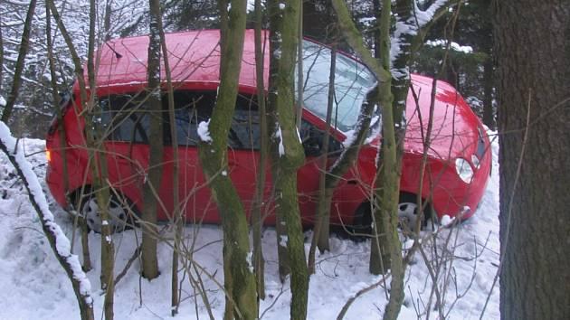 Ledový krunýř na silnici zkomplikoval život řidiči osobního vozu Volkswagen Polo.