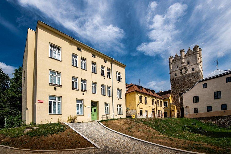 Například také opravený nájemní dům v ulici Matky Boží ve vlastnictví města.
