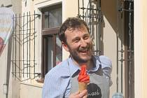 Vít Obrdlík otevřel v Jihlavě první zmrzlinárnu v Komenského ulici. Zmrzlinu pod značkou  Snová si totiž mohou dát i v Zoo Jihlava nebo nově u zmrzlinového kola přímo na náměstí.
