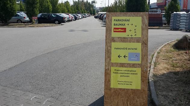 Parkování u Baumaxu je nově vyznačené.