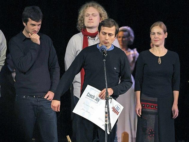 Režisér Martin Mareček, publiku známý především díky předchozímu dokumentu Auto*mat, v Jihlavě převzal cenu diváků i cenu za nejlepší český dokument uplynulého roku za svůj nejnovější snímek s názvem Pod sluncem tma.