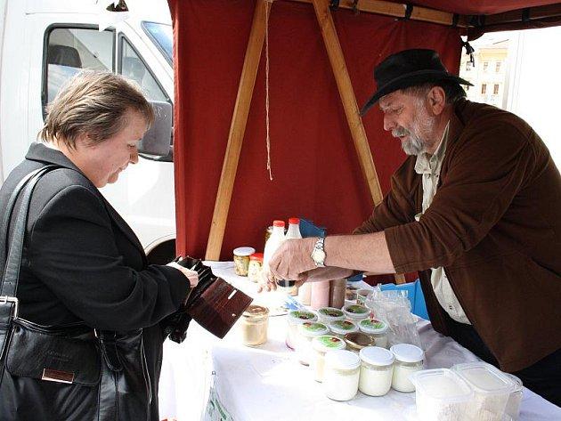 Včerejší první jihlavský farmářský trh nezůstal bez povšimnutí. Doslova na dračku šly uzeniny, sýry, brambory i medovina. Farmářské trhy by na jihlavském Masarykově náměstí měly probíhat každý první čtvrtek v měsíci.