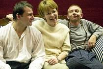 Hořká komedie Kapsy plné šutrů, kterou režíruje Jana Kališová (uprostřed), těží z hereckého umu Radka Holuba (vlevo) a Miroslava Vladyky. Ke svému koncertu ani nepotřebují příliš rekvizit.