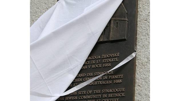 Osud občanů židovského původu v Brtnici na Jihlavsku připomíná nová pamětní deska, která byla odhalena v místě zbořené synagogy.