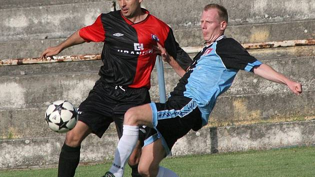 Individuální souboj mezi humpoleckým útočníkem Vratislavem Cvachem (vlevo) a světelským obráncem Petrem Čapkem vyšel smírně. Oba vstřelili po jednom gólu, větší radost měl ale na konci zápasu Čapek.