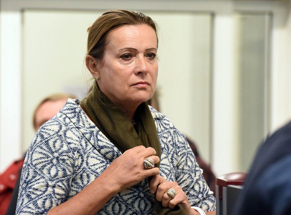 Bývalá předsedkyně ERÚ Alena Vitásková u soudu.