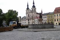 Zabedněné kašny na jihlavském Masarykově náměstí v Jihlavě jsou minulostí. Ve středu brzy ráno je dělníci po zimě opět odkryly.