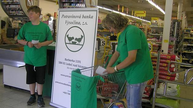 V prodejnách mohou dárci odevzdat potraviny dobrovolníkům v zelené zástěře.