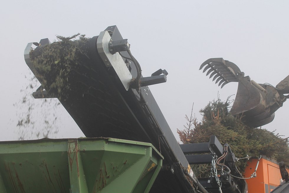 Vánoční stromky po rozdrcení poslouží jako základ nově vznikajícího kompostu.