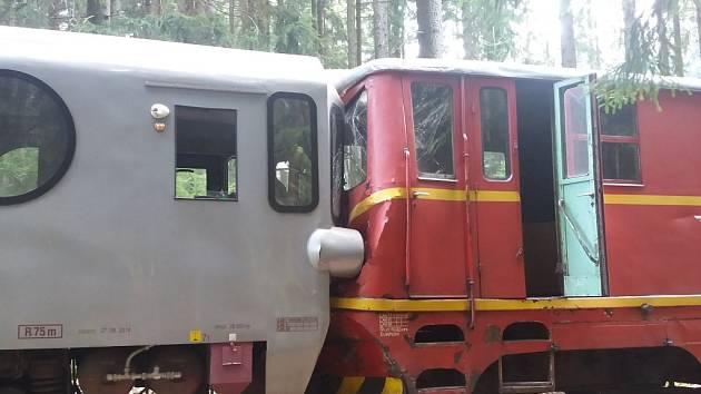 Zaklíněné vozy. Nehoda se stala v úterý po půl osmé ráno na úzkorozchodné železniční trati v katastru města Černovice. Vlaky při čelní srážce nevykolejily. Lokomotiva a motorový vůz se do sebe ale zaklínily.