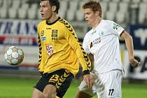 Jihlavský útočník Michael Rabušic (ve žlutém) se podepsal pod vítězný gól Petra Faldyny. Nejprve na pravé straně obešel dva hráče Mostu a poté poslal přesný centr na jihlavského kanonýra, který se z malého vápna břichem nemýlil.