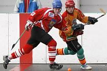 Hokejbalisté SK Jihlava (vpravo Josef Jakoubek) dostali pořádně přes prsty od poslední Poruby, která přijela na Vysočinu v torzu, ale domů si odvezla jasnou výhru.