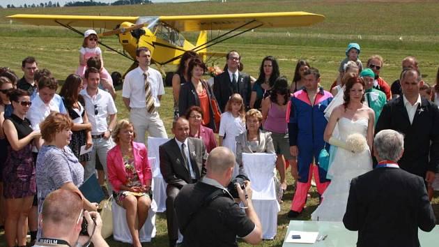 Svatba v Henčově, kde při obřadu nechybělo letadlo.