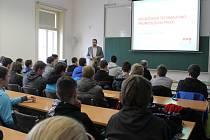Studenti středních průmyslových škol se na dni otevřených dveří, který se odehrál na VŠPJ minulý čtvrtek, dozvěděli od Zdeňka Horáka (na snímku) i o novém oboru.