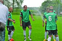 V neděli odpoledne teklo na trávník v Antonínově Dole šampaňské. Domácí fotbalisté se totiž dvě kola před koncem okresního přeboru stali jejími mistry!
