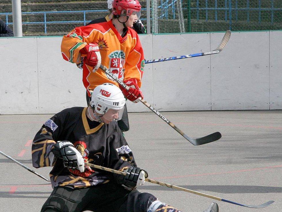 Hokejbaloví starší dorostenci SK Jihlava čtvrtfinálovou sérii nezvládli a extraligová sezona jim nečekaně končí. Pátý zápas na Vysočině totiž lépe zvládla po základní části až osmá Habešovna, která si postup zajistila gólem dvanáct vteřin před koncem.