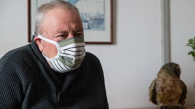 Jsme blízko úplnému zákazu vycházení, říká hygienik Jiří Kos