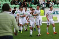 Karvinští fotbalisté (v bílém) vyhráli v prvním utkání baráže o ligu nad Jihlavou 2:1.