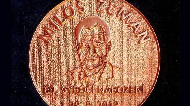 Tuto pamětní medaili od Martina Herzána dostane k narozeninám prezident Zeman.