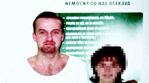 Petr Zelenka (vlevo) nyní tráví svůj život za zdmi vězení. Podle svého advokáta si pamatuje jen několik pacientů, kterým do těla vpravoval nadměrné dávky heparinu.