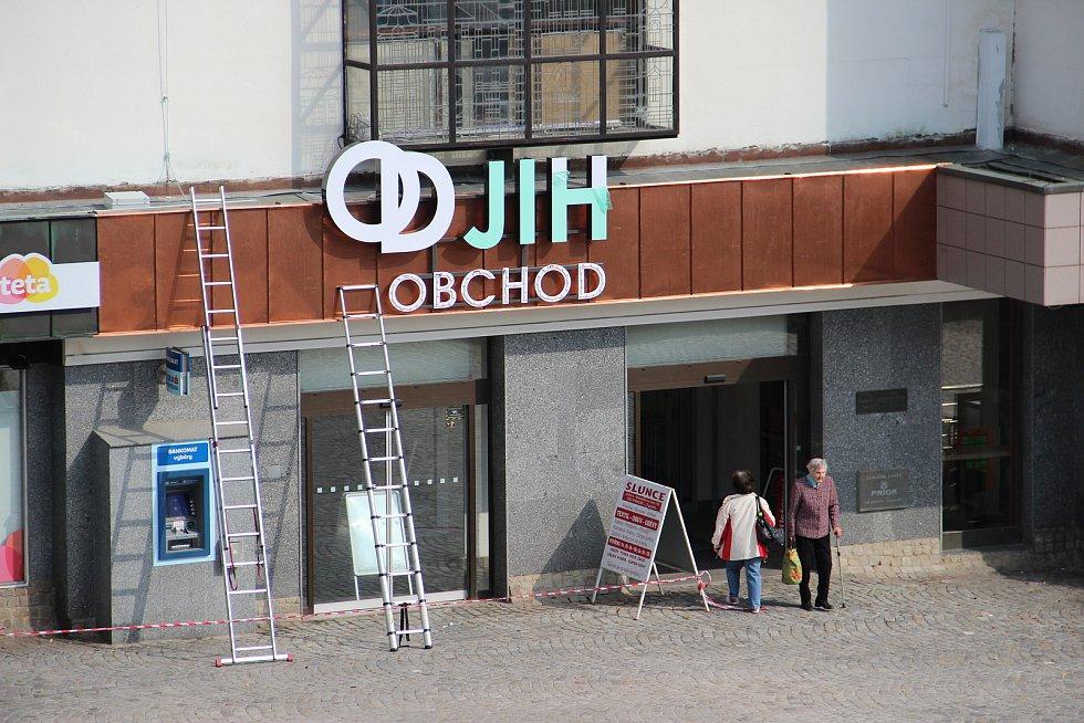 Během pátečního odpoledne si mohli lidé na jihlavském Masarykově náměstí všimnout instalace nového názvu nad vchodem do zdejšího Prioru.